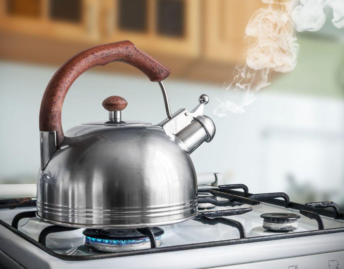 I en traditionel kedel koger vandet generelt længere, og det øger sikkerheden, hvis du har brugt varmt vand. En elkedel er desginet til at slukke næsten med det samme, vandet når kogepunkt.
