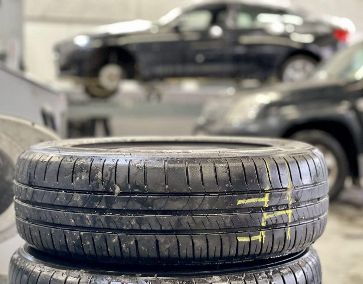 Kun ved at gøre det lovpligtigt, får man alle til at skifte til vinterdæk. Det mener en leder af et stort dækcenter. Foto: Massimo Grillo