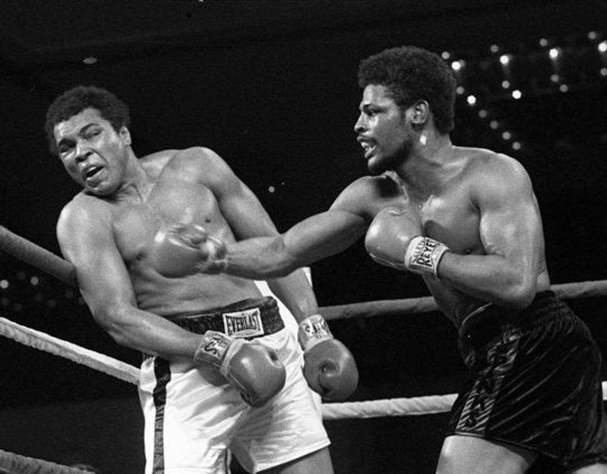 Leon Spinks (th.) chokerede verden, da han i 1978 besejrede bokselegenden Muhammad Ali i Las Vegas i sin bare ottende profesionelle kamp og blev verdensmester i sværvægt. Foto: Uncredited/Scanpix