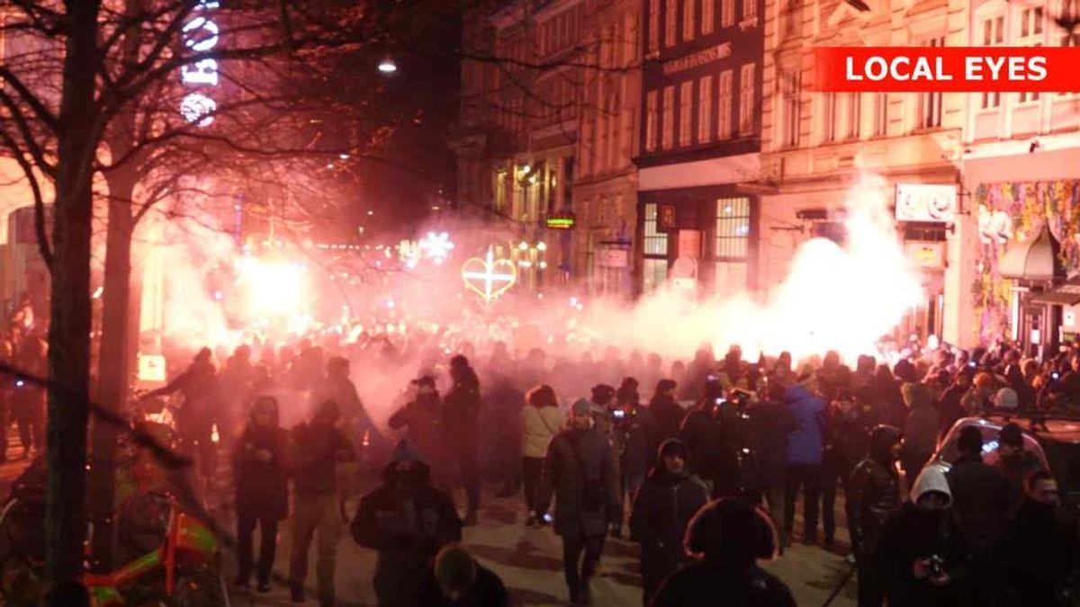 Gruppen Men in Black holdt endnu engang demonstration i København lørdag aften. KLIK FOR FLERE BILLEDER FRA DEMONSTRATIONEN. Foto: Local Eyes.