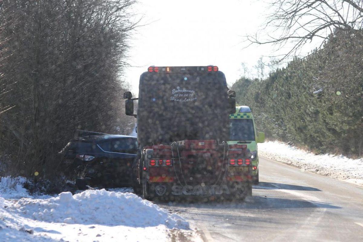 En lastbil er lørdag kørt op bag i en bil. KLIK for flere billeder. Foto: Presse-fotos.dk.