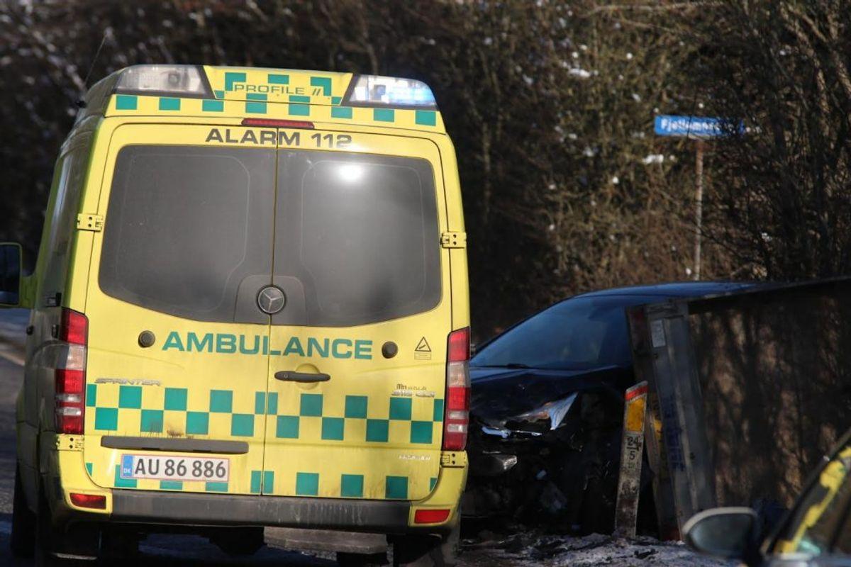 En lastbil er lørdag kørt op bag i en bil. Foto: Presse-fotos.dk.