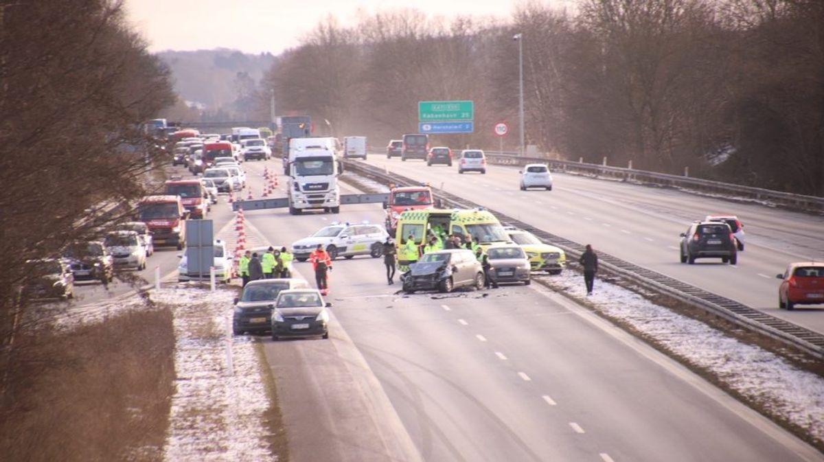 Motorvejen er spærret. KLIK FOR MERE. Foto: Presse-fotos.dk