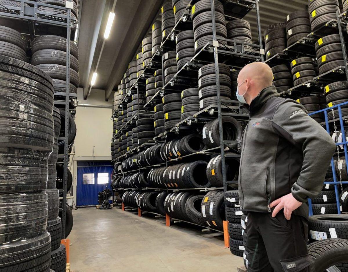 Afdelingsleder Karsten Pedersen ser ud på noget af sit opbevaringslager for de faste kunder: Typisk vil der være 10-15 procent, der IKKE vælger at få vinterdækkene på, selvom de har dem opbevaret. Her hos Superdæk svarer det til omkring 200 bilister. Foto: Massimo Grillo
