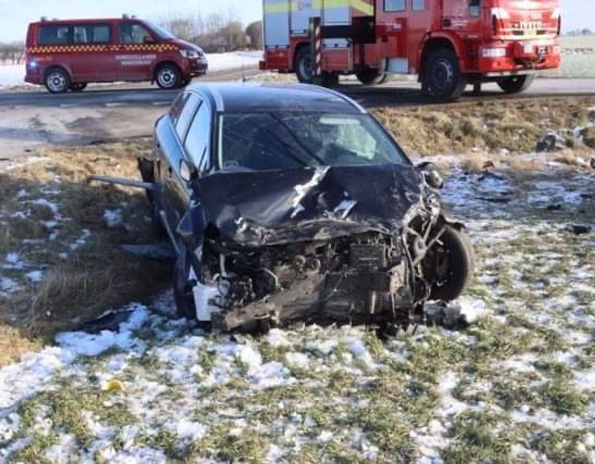 Smadret bil efter voldsom trafikulykke. Foto: Øxenholt foto