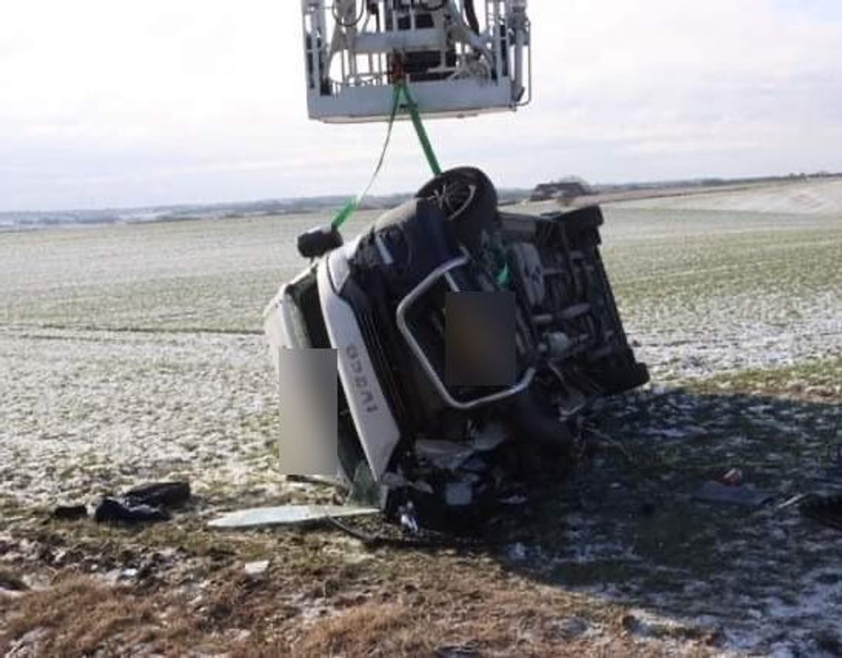Varebil væltede under trafikulykke. Foto: Øxenholt foto
