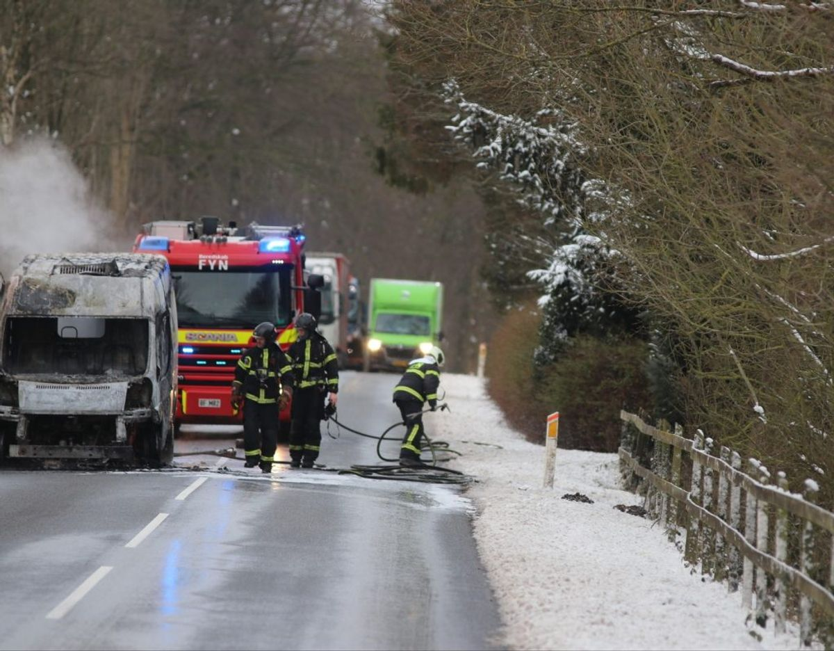 Totalt udbrændt varebil spærrer Stærmosevej på Vestfyn. KLIK VIDERE OG SE FLERE BILLEDER. Foto: presse-fotos.dk