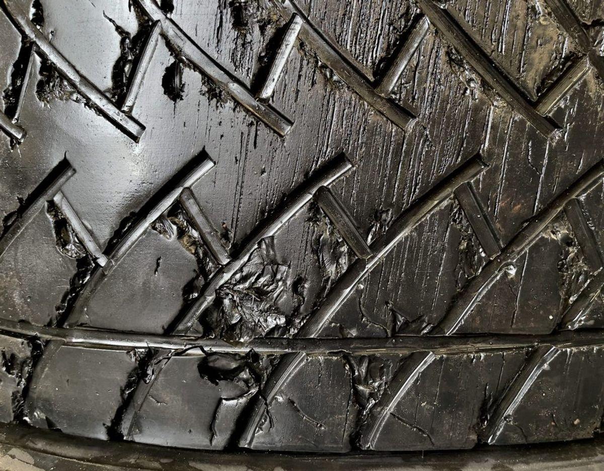 Et dæk fra en lastbil, der netop er blevet skiftet: Mønstret er ikke blot tyndt, men dækket er også beskadiget, som man kan se. Foto: Massimo Grillo