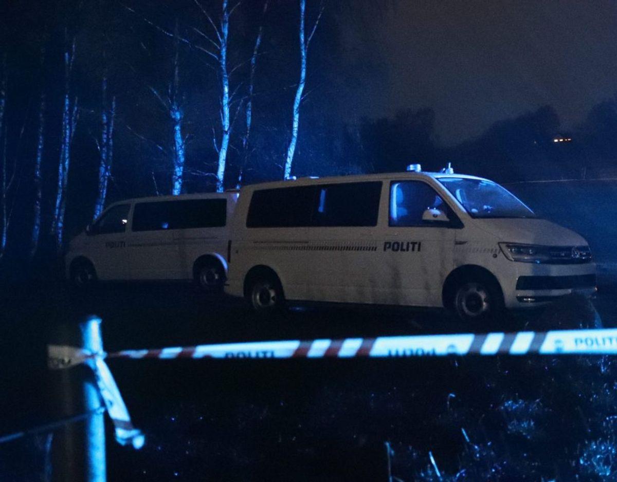 Manden blev fundet på vejen uden for bostedet. Klik for flere billeder. Foto: Presse-fotos.dk