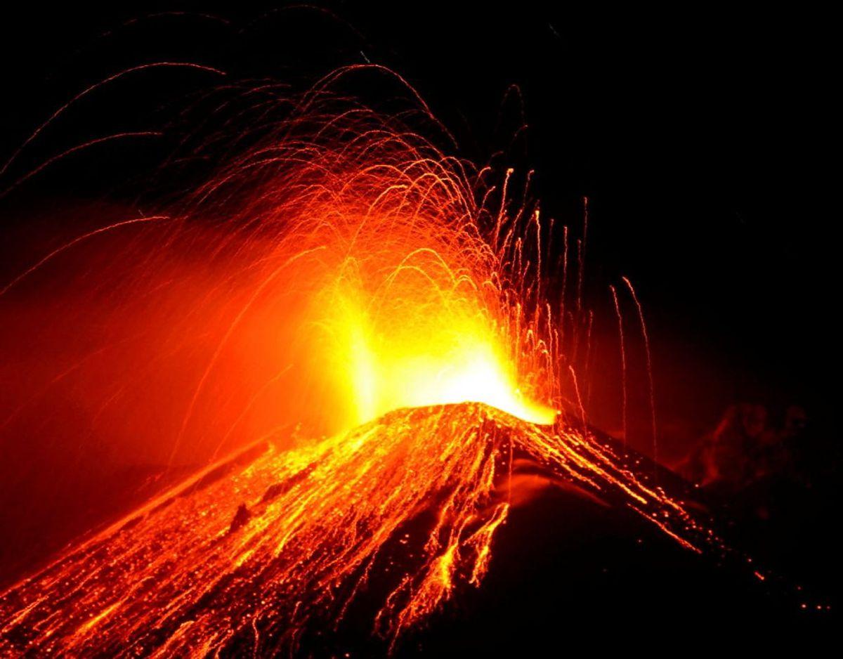 Vulkanen Etna på Sicilien sender lava og aske op fra sit indre. Foto: Reuters/Ritzau Scanpix