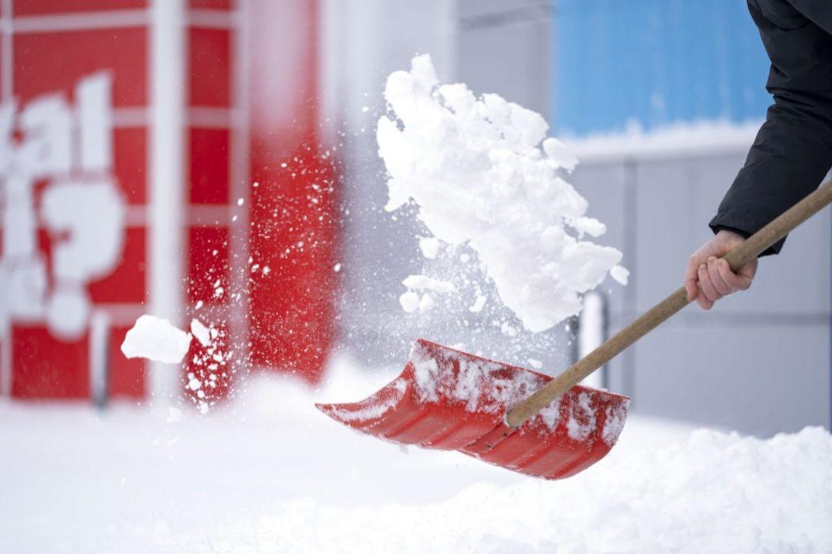 Der skovles sne foran JYSK i Kolding. KLIK VIDERE OG SE FLERE BILLEDER. (Foto: Frank Cilius/Ritzau Scanpix)