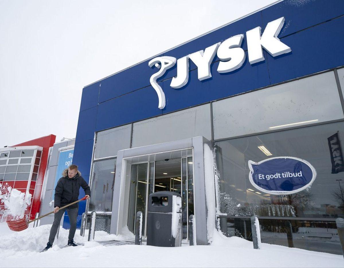 Søren, som er Deputy Store Manager i JYSK i Kolding Nord, skovler sne, så kunderne kan komme ind i butikken. (Foto: Frank Cilius/Ritzau Scanpix)