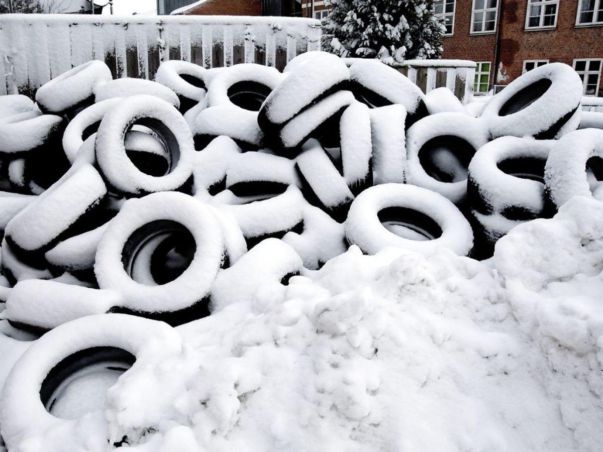 Når du finder dine vinterdæk frem fra opbevaringen i skuret, har gummiet skabt en ydre hinde, som skal køres af, før de vinterdækkene griber optimalt. Så de første 100 km skal du ikke presse dem helt så hårdt. Foto: Scanpix.