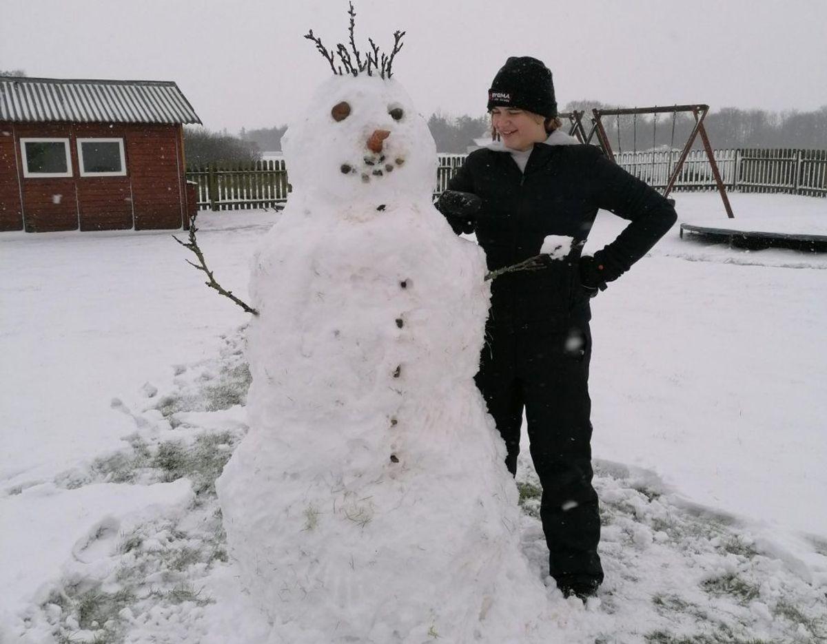 Leah har i pausen fra lektierne lavet en snemand, skriver Birthe Holm fra Løgumkloster. Foto: Privatfoto