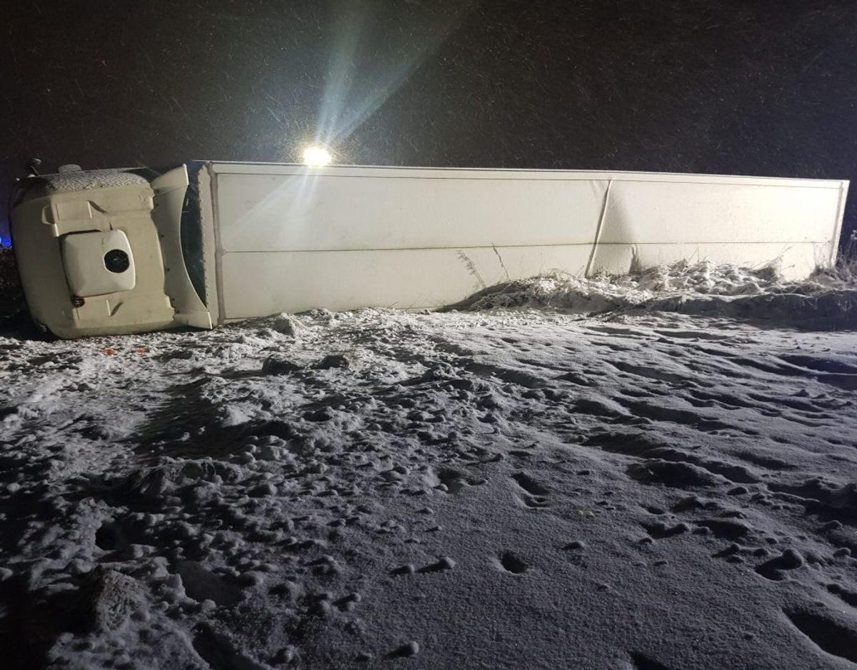 En væltet lastbil spærrer lige nu motorvejen. KLIK for flere billeder. Foto: Presse-fotos.dk.