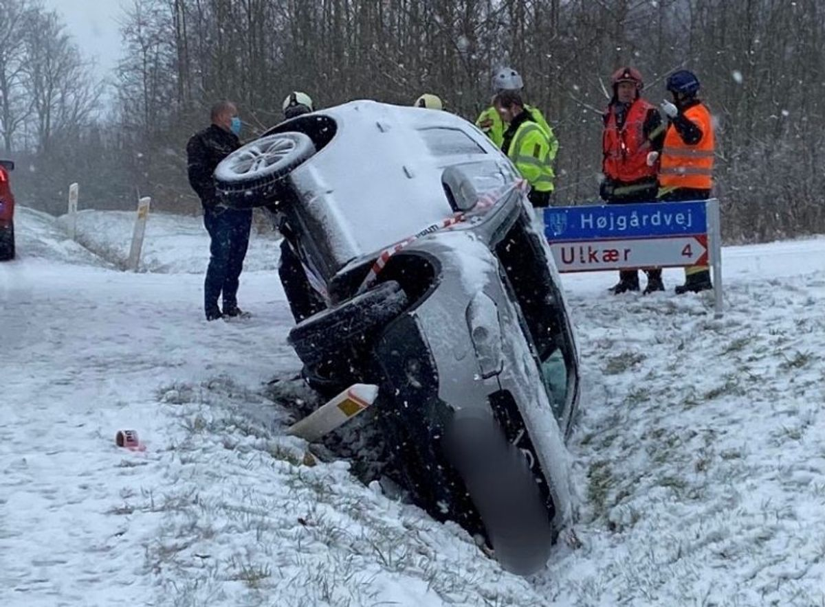 En bil væltede i Grejsdalen i Vejle. KLIK for flere billeder. Foto: Presse-fotos.dk.