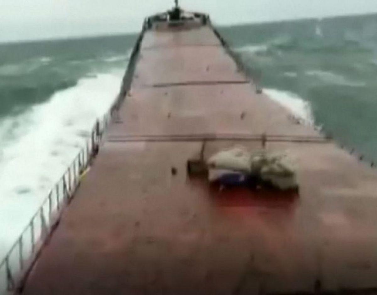 Sekunder efter fragtskibet knækker i to kalder mandskabet Mayday over radioen. Screendump: Reuters/Ritzau Scanpix.