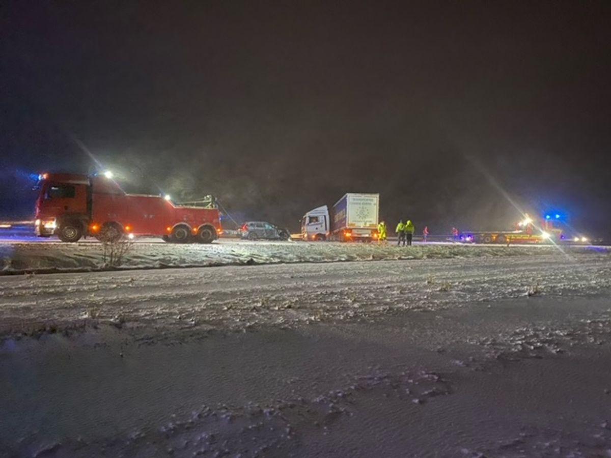 En lastbil har sat sig på tværs af motorvejen. KLIK for flere billeder. Foto: Presse-fotos.dk.