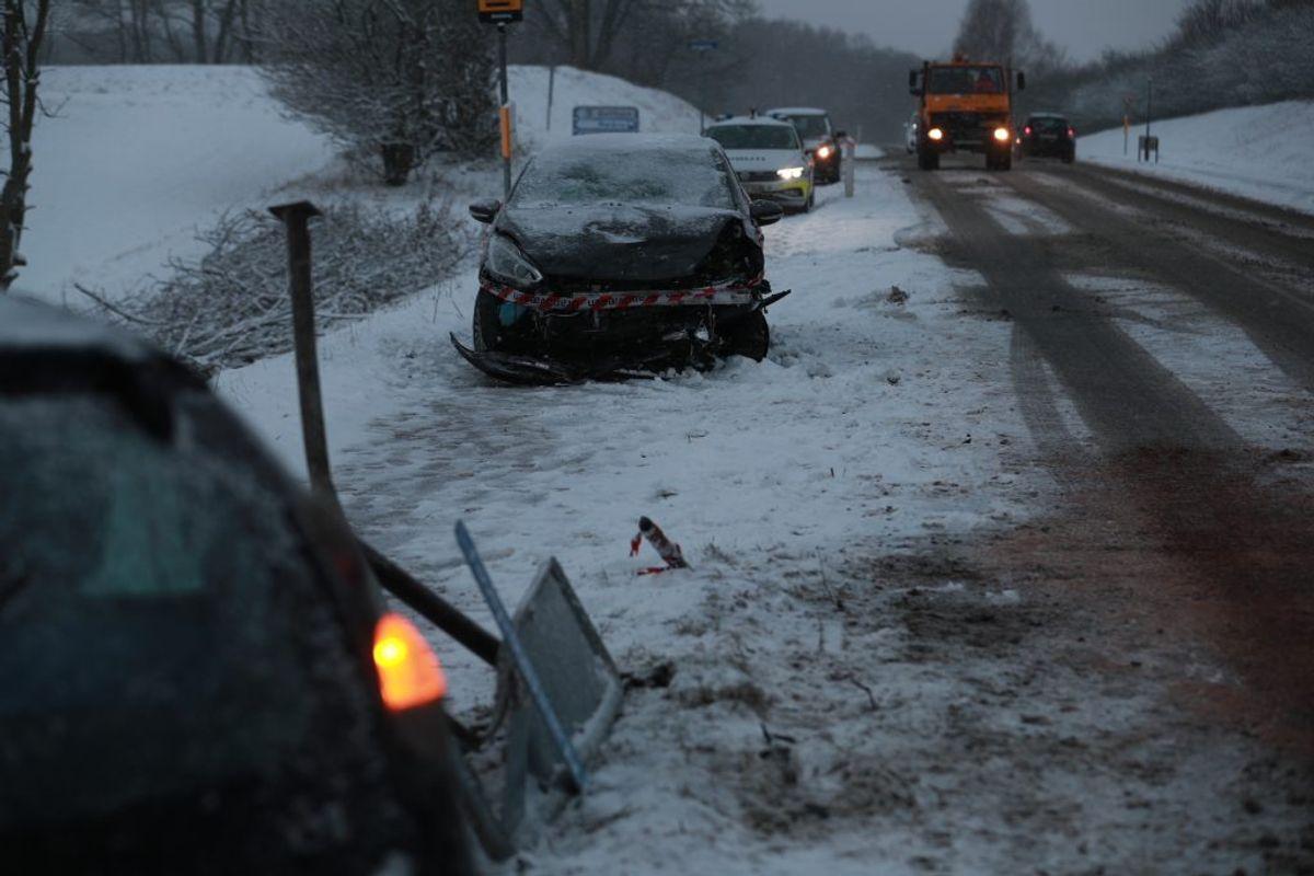 To biler kørte frontalt sammen ved Sorø. Vagtchefen kan ikke komme med detaljer, ingen er dog kommet alvorligt til skade. Foto: Presse-fotos.dk.