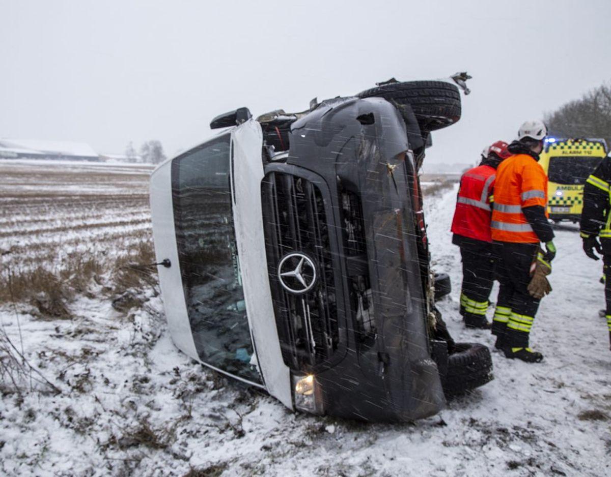En flextrafik-vogn er væltet i det glatte føre. Foto: René Lind Gammelmark