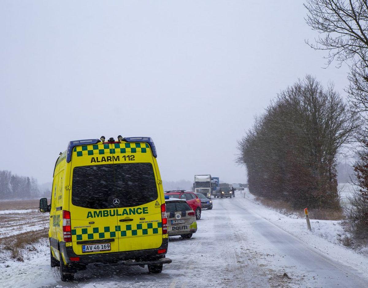 En flextrafik-vogn er væltet i det glatte føre. KLIK FOR FLERE BILLEDER. Foto: René Lind Gammelmark