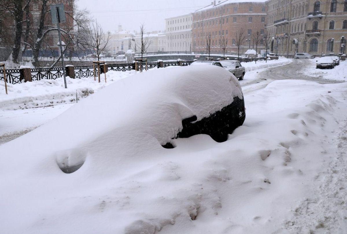Sørg for at have en lille skovl, snekæder og slæbetov med i bilen. Foto: Ritzau Scanpix