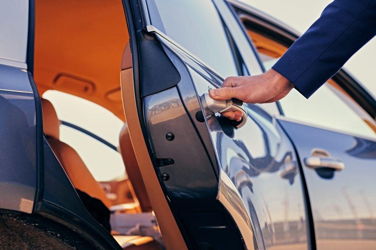 Smør dørlisterne med silikone, så undgår du, at gummilisterne går i stykker i kulden. Foto: Ritzau Scanpix.