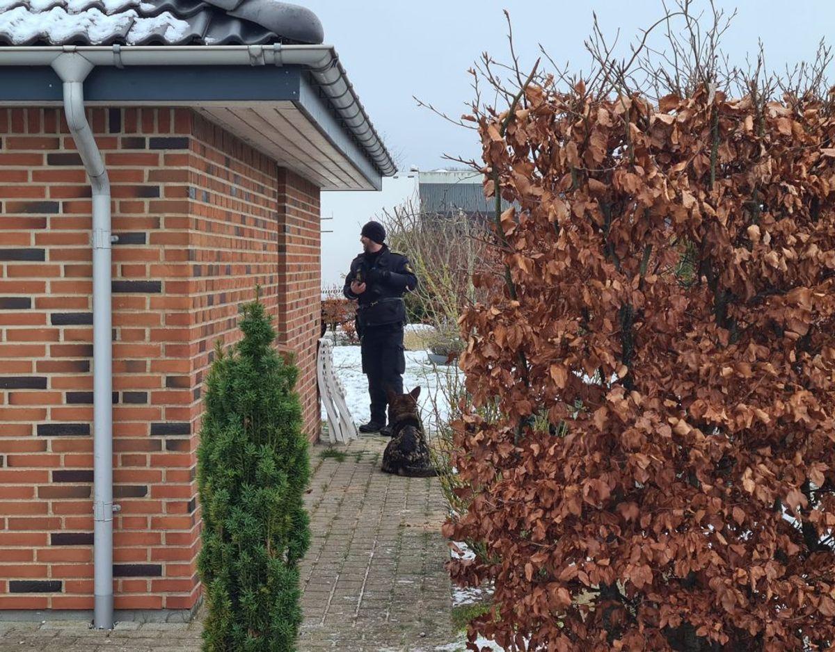 En 51-årig mand erkender i et grundlovsforhør onsdag, at han har dræbt en 43-årig kvinde i Malling. KLIK FOR FLERE BILLEDER FRA POLITIETS EFTERFORSKNING FRA STEDET. Foto: Presse-fotos.dk.