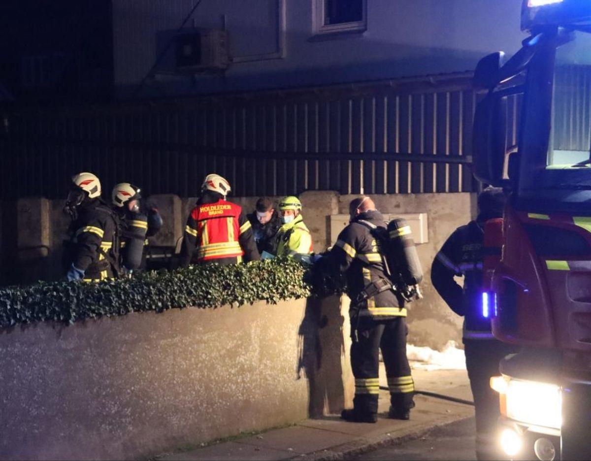 Mand reddet ud efter brand i Grenaa. Klik videre for at se flere billeder. Foto: Øxenholt foto