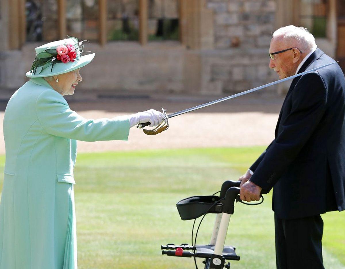 (Kaptajn Tom Moore bliver som belønning for sin enorme indsats slået til ridder af dronning Elizabeth den 17. juli 2020. Klik videre for flere billeder. Foto: Scanpix/Chris Jackson / POOL / AFP)