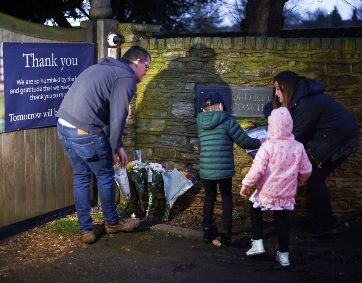 Mange har været forbi stedet, hvor Kaptajn Sir Tom Moore for at vise deres sorg med blomster. Klik videre for flere billeder. Foto: Scanpix/REUTERS/Henry Nicholls