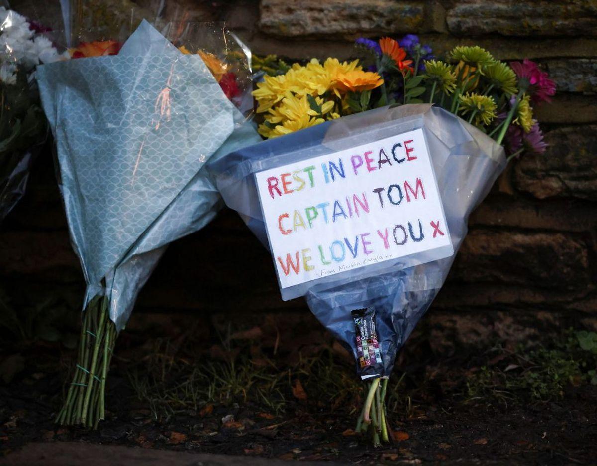 En blomsterhilsen til afdøde Kaptajn Sir Tom Moore. Foto: Scanpix/REUTERS/Henry Nicholls