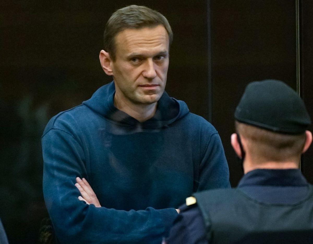 Den russiske oppositionsleder, Aleksej Navalnyj, i retten i Moskva tirsdag. Han er sigtet for at have overtrådt reglerne for sin prøveløsladelse for en dom fra 2014 for svindel. Han betegner alle anklager mod ham som rent politiske. – Foto: Ritzau Scanpix