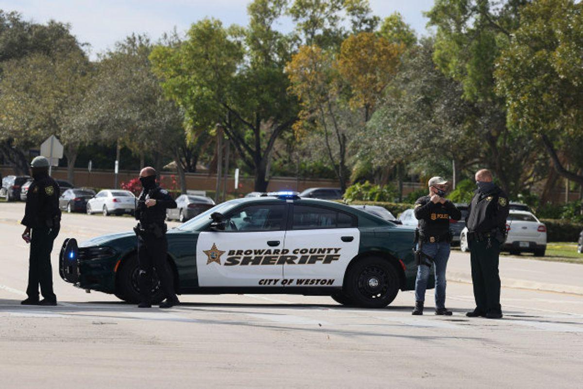 Politi har afspærret det område i byen Sunrise i Florida, hvor en efterlyst person tirsdag morgen lokal tid har skudt mod politifolk fra forbundspolitiet FBI. Foto: Joe Raedle/AFP