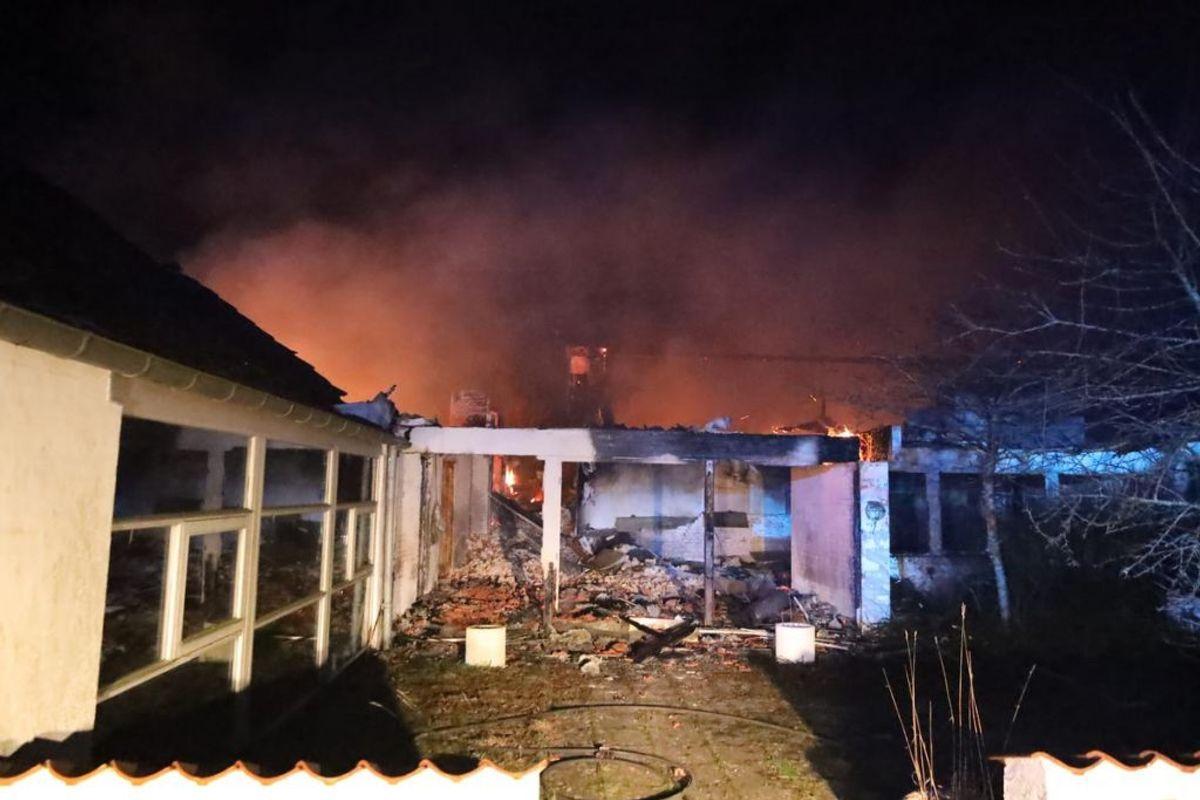 Ni unge sigtes efter branden i det kendte musikstudie Puk nord for Randers. KLIK FOR FLERE BILLEDER FRA BRANDEN. Foto: Øxenholt Foto.