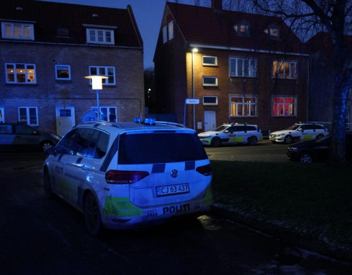 En del af byen blev mandag afspærret. KLIK VIDERE FOR FLERE BILLEDER FRA STEDET. Foto: Øxenholt Foto.