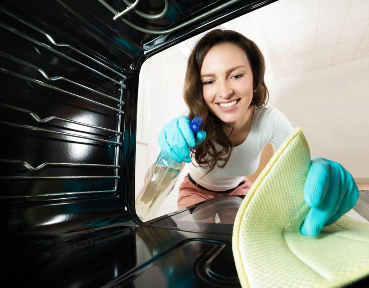 7) Pas på med ovnrens. Rengøringsmidlet er så stærkt, at varmeelementer og lyskilder i ovnen for enhver pris bør undgås, da de kan beskadiges permanent. Foto: Scanpix