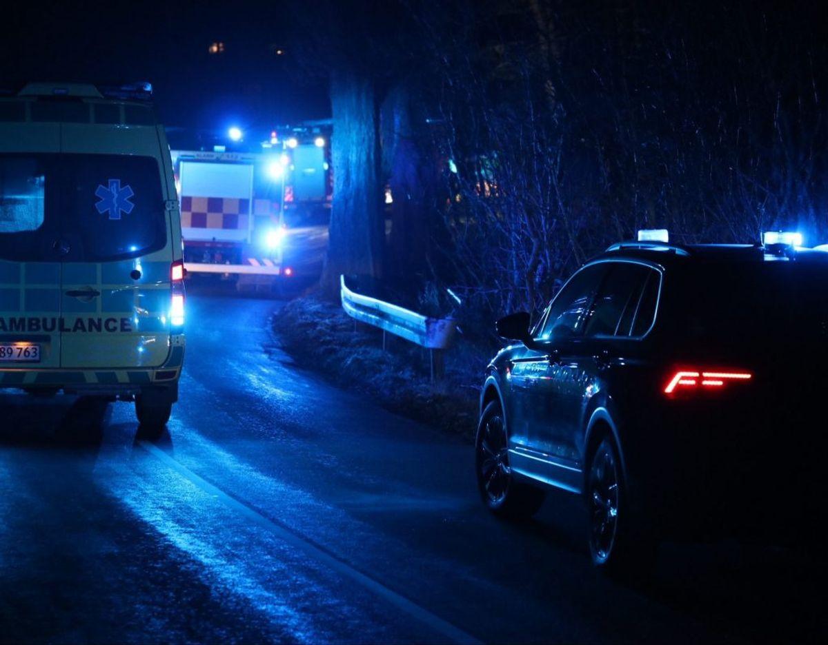 En 21-årig mand er fløjet til Rigshospitalet efter en soloulykke på Møn. KLIK FOR FLERE BILLEDER FRA STEDET. Foto: Presse-fotos.dk.
