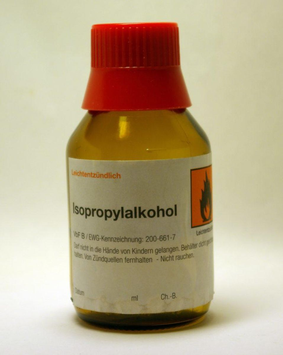 Du skal bruge to dele isopropylalkohol, husholdningssprit eller lignende. Du kan købe førstnævnte hos eksempelvis Matas. Foto: Reiserfs/Wikimedia Commons