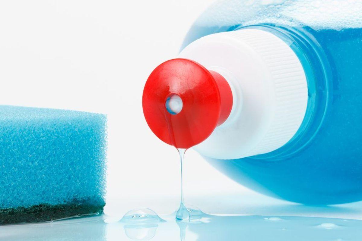 Til fedtpletter kan det være en god idé at lægge tøjet i blød i sulfo. Kilde: Forbrugerrådet Tænk. Arkivfoto.