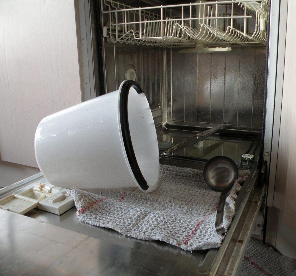 """Selvom man skulle tro, at den var selvrensende, kan en opvaskemaskine ende op som en regulær bakteriebombe, hvis man ikke sørger for at give den en """"konventionel"""" rengøring med klud og rengøringsmiddel. Kilde: Reader's Digest. Arkivfoto."""