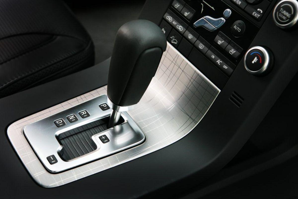 Hvis du har automatgear i din bil, skal du tage bilen til mekaniker, hvis der er noget galt med gearsystemet. Automatgearet er ofte et meget avanceret system, som man hurtigt kan komme til at ødelægge, hvis man giver sig i kast med det. Kilde: Reader's Digest. Arkivfoto.