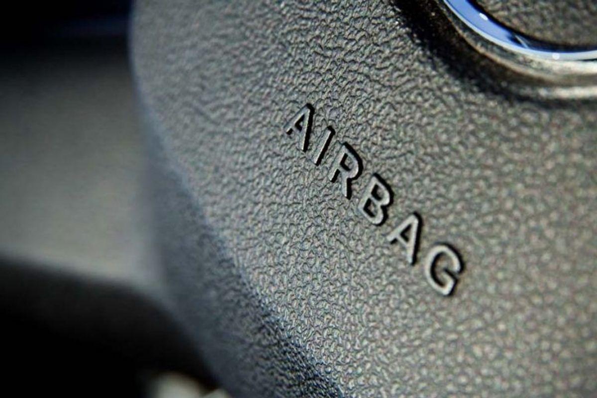 Man skal passe godt på, hvis man selv forsøger sig med at reparere end airbag. Mekanismen er voldsom – oftest vil der ske en lille eksplosion, når airbaggen udløses – så man skal passe på, man ikke kommer til skade. Kilde: Reader's Digest. Arkivfoto.