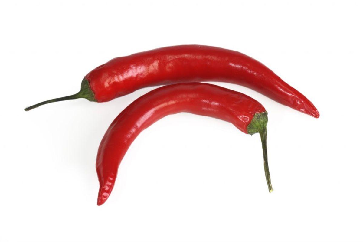 Indholdet består af cayennepeber eller chili, som er blandet i opløsningsmiddel. Det fyldes i en spraydåse, som indeholder drivmiddel, der hjælper dåsens indhold ud i en tynd stråle. Arkivfoto.