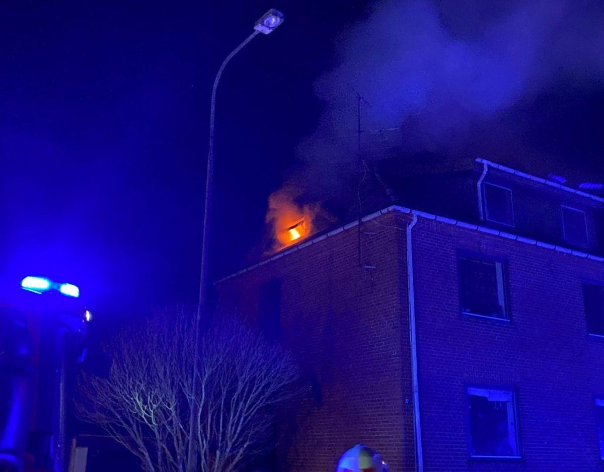 Flammerne fra brand i villa var til at få øje på – også på afstand. Foto: presse-fotos.dk