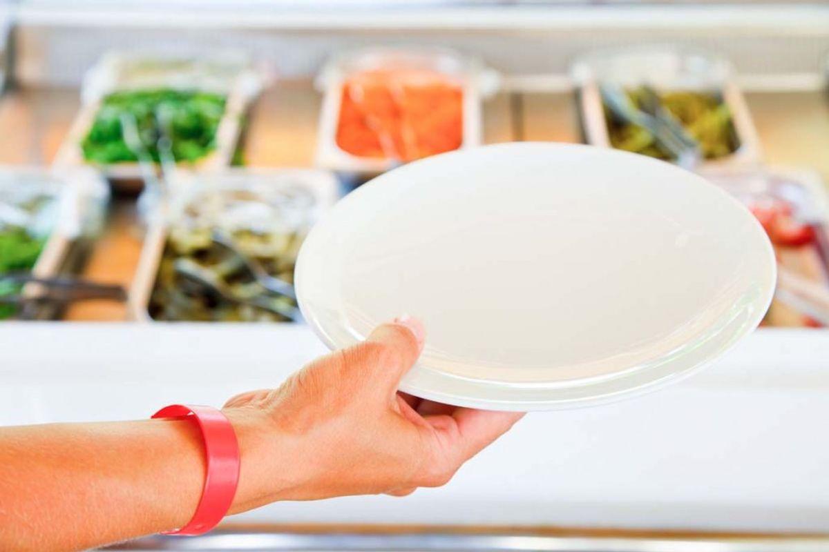 Hvis tallerkener, glas og bestik har samlet støv længe i skabet, kan det synes let, at man lige hurtigt tørrer dem over med køkkenrulle. Men det er slet ikke nok til at fjerne bakterierne – og man bør derfor som minimum bruge en fugtig klud med sæbevand. Kilde: Reader's Digest. Arkivfoto.