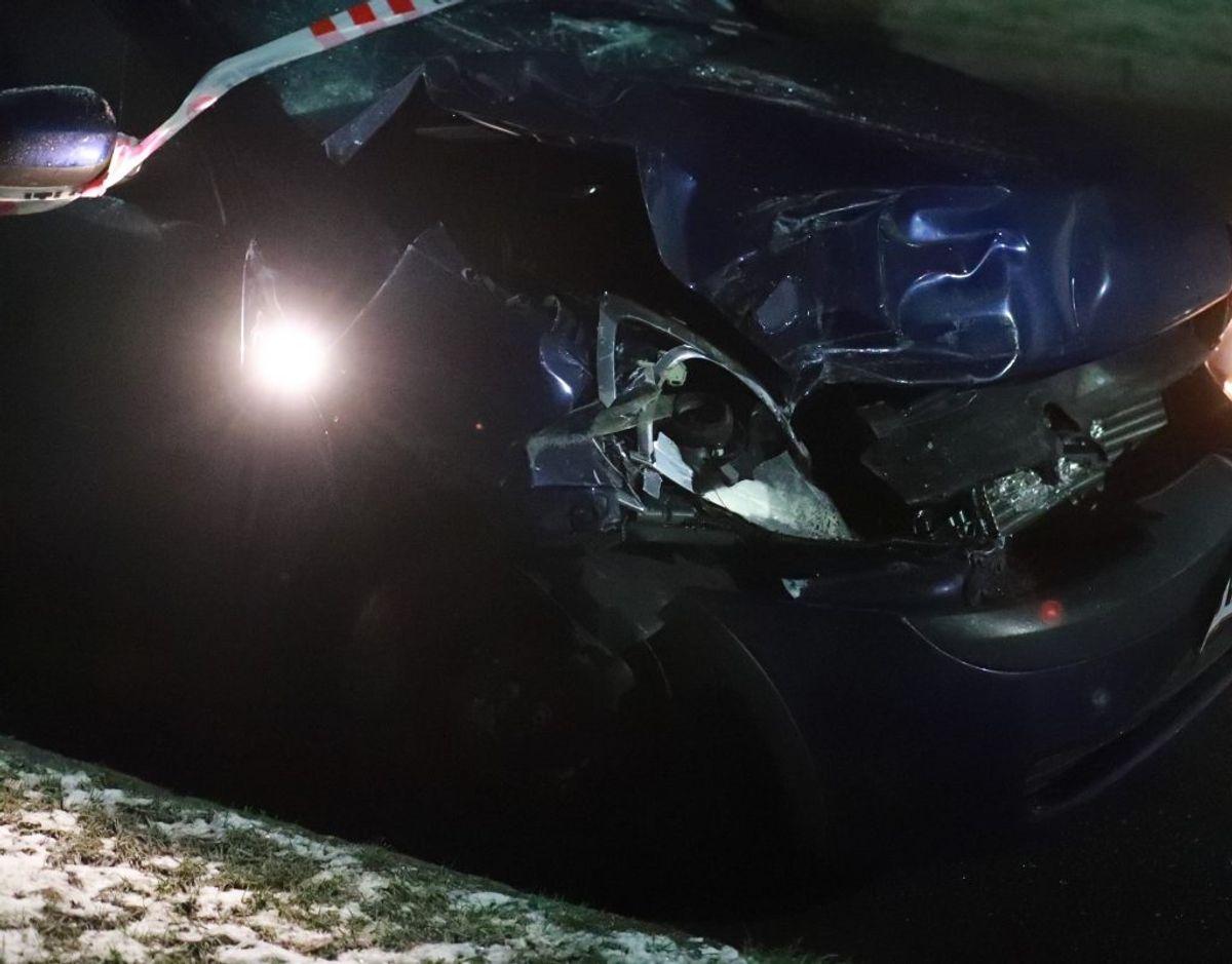 Bil bragede op i lastbil. KLIK FOR FLERE BILLEDER FRA STEDET. Foto: Presse-fotos.dk