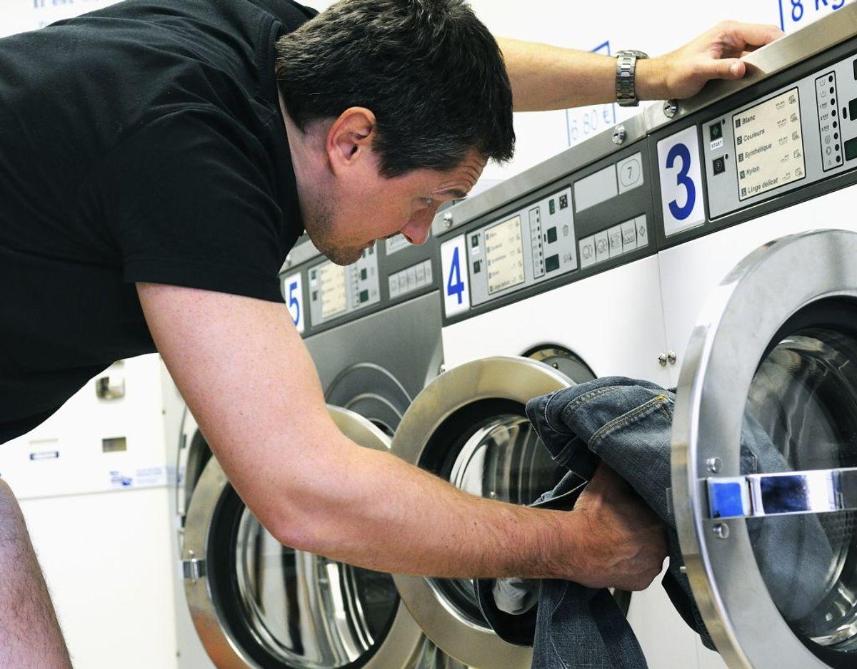 Du lukker lågen, når du er færdig med at vaske. Gør du det, så tørrer tromlen og varmelegemet aldrig helt, hvilket giver et vådt miljø, som kan få bakterierne til at formere sig og resultere i en lugtende vaskemaskine. Genrefoto. KLIK FOR MERE.