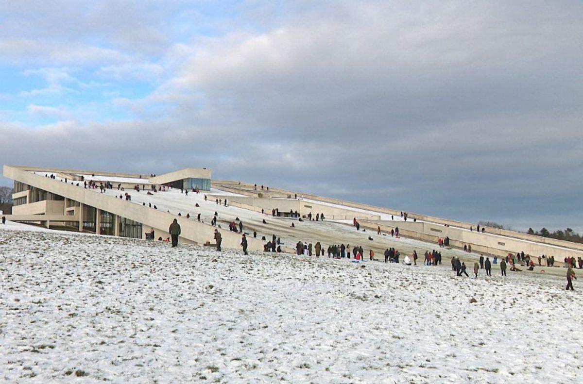 Museet er lukket. Vejret lokker dog kælkende til. Foto: TV2 Østjylland.
