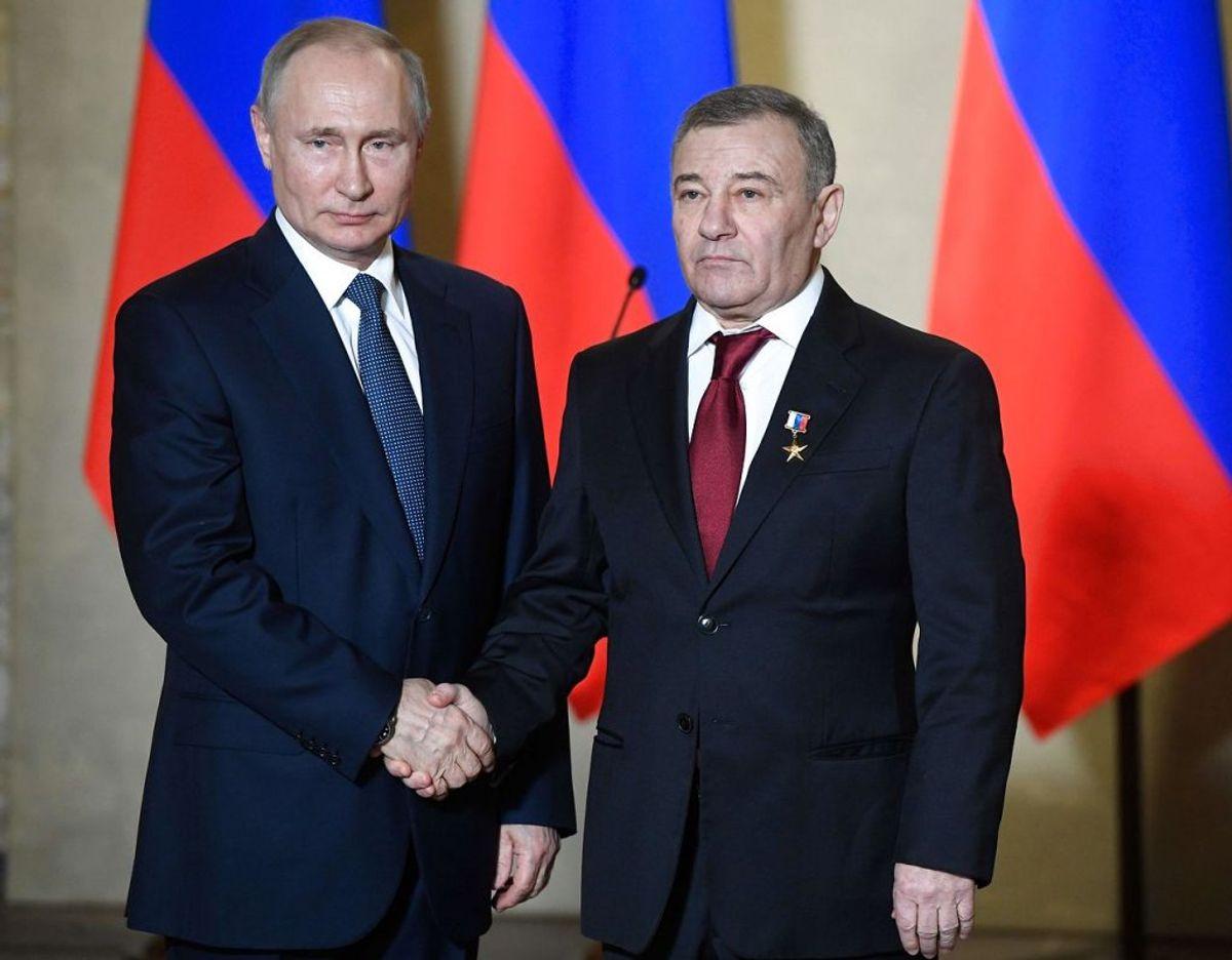 Arkadij Rotenberg (th.) har meldt sig på banen som ejer af det palads, den russiske præsident Vladimir Putin (tv.) nægter at eje. Foto: NEMENOV/Scanpix.